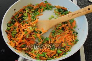 Растопим чуть более 0,5 столовой ложки сливочного масла и, на большом огне, обжарим около 2-3 минут морковь с луком, постоянно перемешивая.