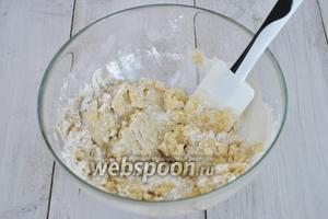 Растительное масло растереть с мукой и солью.