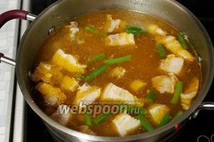 Довести до кипения и ввести в суп приготовленную заправку.