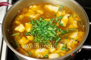 В самом конце - нарезанную зелень. Выключить плиту и дать супу немного настояться под крышкой. Подавать с зеленью и сметаной.