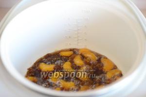 Варим мандариновое варенье ещё 10 минут, аккуратно перемешивая его, чтобы не повредить дольки мандаринов.