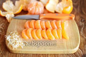 С каждой дольки мандарины тщательно удаляем все белые прожилки.