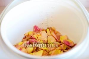 В чашу мультиварки (у меня мультиварка Orion OR-MT-01) высыпаем промытые лепестки роз и заливаем их водой.
