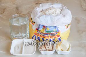 Перед вами ингредиенты для рецепта кружевного хлеба: мука пшеничная, вода кипячёная (37-38°С), соль, сахар, сливочное масло и свежие дрожжи (можете заменить сухими — 3 г).