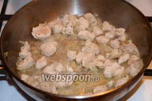 На разогретом подсолнечном масле обжариваем лук, куриное филе (у меня было заранее порезанное на средние кубики) так же обжариваем с луком, до золотистого цвета. Добавляем соль и чёрный молотый перец.