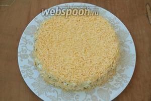 Аккуратно снять кольцо и посыпать салат сыром по кругу.