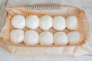 Катаем шарики (смазываем руки маслом) и укладываем их в форму, застеленную пергаментом.