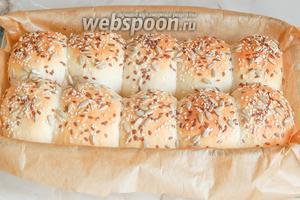 Выпекаем булочки в духовке при 190°С 20 минут до румяного состояния.