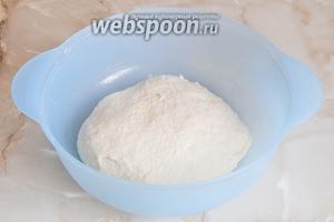 Вымешивать тесто нужно не менее 10 минут до гладкости. Теперь ему нужно отдохнуть 1,5 часа в тепле под полотенцем.