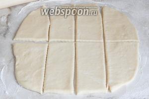 Нарезаем тесто на прямоугольники — я решила сделать 8 крупных булочек, но вы можете сделать даже 16 (в 2 раза меньше по размеру).