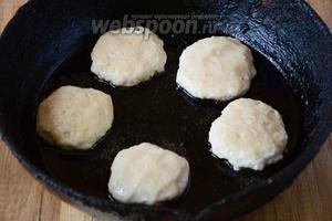 Обжариваем котлетки на сухой сковороде, с двух сторон, до золотистого цвета.