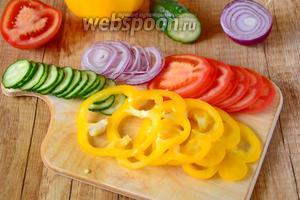 Огурцы, болгарский перец, помидоры и красный лук режем средними кольцами.