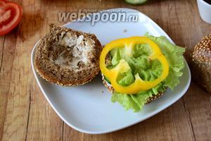 На огурцы выкладываем лист салата, затем болгарский перец.