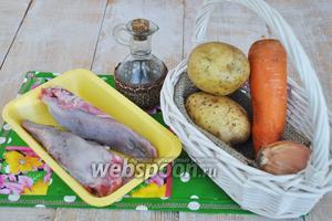 Для жаркого потребуется язык свиной, картофель, морковь, лук, лавровый лист, перец чёрный горошком, бульон можно взять любой (овощной или грибной, на ваш вкус), масло подсолнечное.