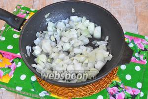Когда язык сварится, положить его остывать и можно жарить овощи для жаркого. Лук нарезать и обжарить на сковороде с растительным маслом до прозрачности.
