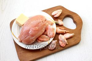 Для приготовления нам понадобится куриное филе, сыр твёрдый, креветки, соль и специи, яйцо куриное, сливочное масло и сметана.