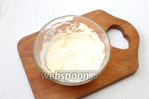 Соедините тёртый сыр, сметану и яйцо, перемешайте.