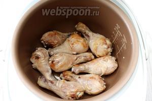 Налейте в чашу мультиварки масло и обжарьте курицу на режиме «Жарка» в течение 12 минут, периодически переворачивая.