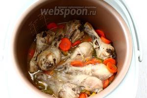 Добавьте перец и морковь к курице. Посолите, добавьте специи и перемешайте, установите режим «Тушение». Готовьте в течение 20 минут.