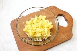 Также мелко порезать очищенный картофель. Поперчить и посолить по вкусу, заправить салат майонезом.