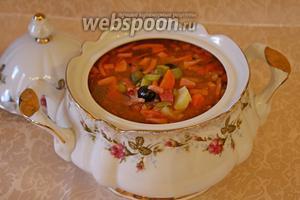 Вылить солянку в супницу и подавать! Подавать со сметаной, лимоном и рубленной петрушкой.