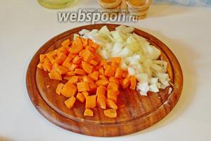Лук и морковь нарезать небольшим кубиком.