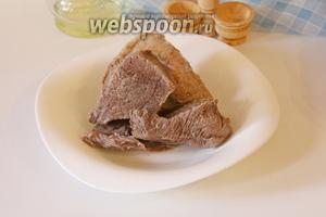 Вынуть мясо из чаши мультиварки, бульон процедить и отложить. Чашу промыть.