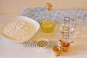 Для приготовления слоёного хлеба нам понадобится мука пшеничная, дрожжи, вода тёплая 250 мл, масло оливковое и соль.