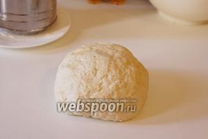 Замесить мягкое эластичное тесто. Отложить его в тёплое место на 1 час.