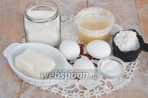 Для пряничного теста приготовим муку, сахар, мёд, яйца, масло, соду.
