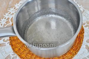 Из сахара и воды сварим густой сироп для склеивания. Добавим в него лимонного сока  что бы не было кристаллов.