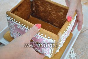 Горячим сиропом склеиваем детали и прикрепляем их к основанию.