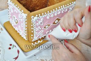 Украшаем основание шкатулки белой глазурью.