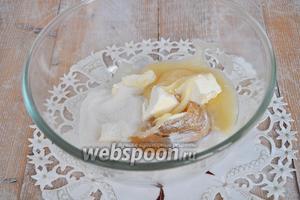 Мёд, сахар, масло поместить в миску.