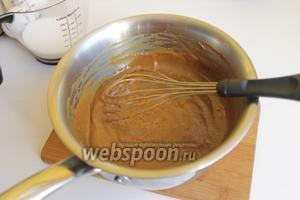 Делаем сначала начинку-крем. Для этого смешаем масло и мёд. Поставим на огонь. Примерно 2 минуты прогреем. Мёд потемнеет слегка. Добавим сгущёнку. И, мешая, варим так ещё 4 минуты. Получается такая однородная масса. Даём ей остыть.