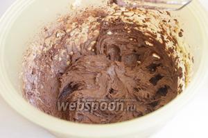 Далее какао, молоко, муку с разрыхлителем. И в конце шоколад тёртый.