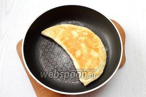 Лепёшки обжаривайте с двух сторон на сухой сковороде, на минимальном огне, под крышкой.