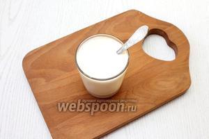 Размешайте в кефире соду, подождите 5 минут, пока сода погасится кефиром и масса станет пышной.
