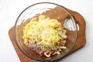 Добавьте картофель, очищенный и натёртый на крупной тёрке. У меня было немного обжаренного репчатого лука, я и его добавила. Перемешайте, начинка для лепёшек готова.