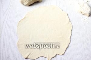 Тесто разделите на 6-7 частей. Раскатайте каждую в круглую тонкую лепёшку, толщиной 2-3 мм.