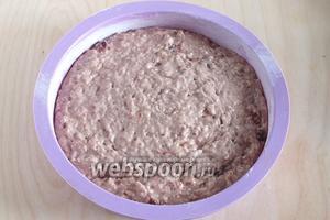 Выложите тесто в форму диаметром примерно 22-24 см.
