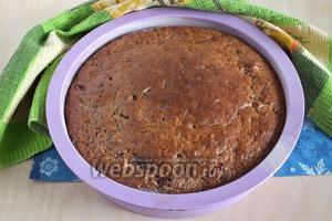 Выпекайте корж около 30 минут до пробы на сухую лучину. Если вдруг тесто внутри ещё сырое, а верх начинает подрумяниваться, положите сверху круг из пекарской бумаги.