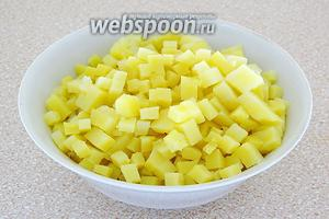Картофель в кожуре залить подсоленным кипятком и отварить до мягкости. Клубни остудить, очистить, хорошо охладить и нарезать очень мелкими кубиками.