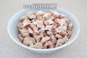 Куриное филе опустить в кипящую подсоленную воду, отварить до мягкости, остудить и нарезать мелкими кусочками.