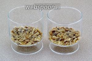 Салат выкладывать в порционную посуду (бокалы, креманки) слоями, промазывая каждый слой майонезом. Первый слой — измельчённые шампиньоны.