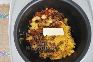 Поместить в чашу мультиварки крупу, тыкву, изюм и курагу нарезанную на кусочки. Добавим масло и немного соли. Сахар в кашу не кладём, уже в готовую кашу добавим мёд.