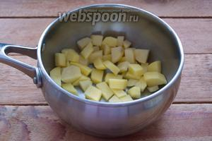 Картофель очистить, нарезать кубиком. Сложить в кастрюлю. Залить водой и поставить на средний огонь закипать. На данное количество продуктов достаточно будет 2 литров воды. Варить картофель около 7 минут.