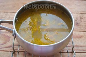 Добавьте зажарку, соль, лавровый лист, молотый чёрный перец. Нарежьте шампиньоны (у меня замороженные). Добавьте их в суп, без предварительной обжарки. Варите до готовности ещё 5 минут. Откорректируйте суп по соли. Достаньте из супа лавровый лист и удалите его. Выключаем. Суп можно подавать к столу.
