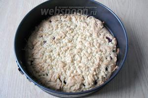 Ставим пирог в духовку, разогретую до 175°С и выпекаем 35-40 минут, пока пирог не подрумянится.
