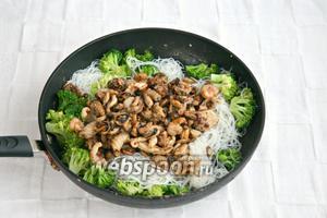 Добавить в сковороду рисовую лапшу и брокколи, прогреть ещё 2 минуты. Блюдо готово. Разложить по тарелкам, подавать горячим.